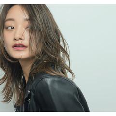 ミディアム 外国人風カラー グレージュ ウェーブ ヘアスタイルや髪型の写真・画像