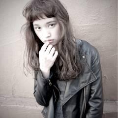 ストリート オン眉 ロング ウェーブ ヘアスタイルや髪型の写真・画像
