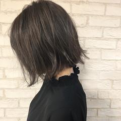 ハイライト グレージュ 簡単ヘアアレンジ 切りっぱなしボブ ヘアスタイルや髪型の写真・画像