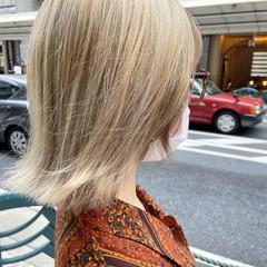 ミルクティーベージュ レイヤーカット ホワイトブリーチ アッシュグレージュ ヘアスタイルや髪型の写真・画像