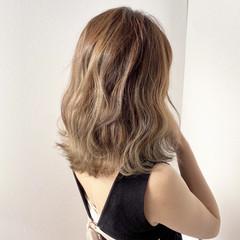 ミルクティーベージュ 透明感カラー ハイトーンカラー ミディアム ヘアスタイルや髪型の写真・画像