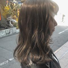 ミディアム アッシュベージュ アッシュグレー エレガント ヘアスタイルや髪型の写真・画像