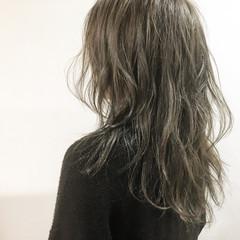 ブラウンベージュ セミロング アッシュベージュ ハイライト ヘアスタイルや髪型の写真・画像