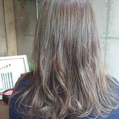 グレージュ セミロング ハイライト ブリーチ ヘアスタイルや髪型の写真・画像