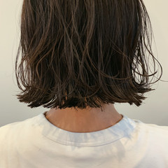 外ハネボブ 切りっぱなしボブ グレーアッシュ ナチュラル ヘアスタイルや髪型の写真・画像
