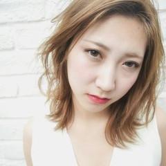フェミニン アッシュ ミディアム グレージュ ヘアスタイルや髪型の写真・画像