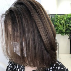 グレージュ バレイヤージュ セミロング イルミナカラー ヘアスタイルや髪型の写真・画像
