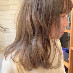 ミルクティーベージュ ミディアム ガーリー 透明感カラー ヘアスタイルや髪型の写真・画像