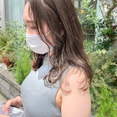 オリーブグレージュ セミロング ミルクティーグレージュ アッシュグレージュ ヘアスタイルや髪型の写真・画像