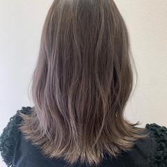 ナチュラル セミロング ホワイトシルバー ホワイトグレージュ ヘアスタイルや髪型の写真・画像