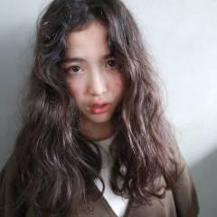 暗髪 セミロング ナチュラル ウェーブ ヘアスタイルや髪型の写真・画像
