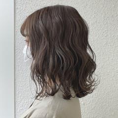 アッシュベージュ ベージュ ミディアム ガーリー ヘアスタイルや髪型の写真・画像