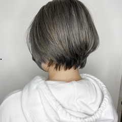 ハイトーンカラー 耳掛けショート ブリーチカラー グレージュ ヘアスタイルや髪型の写真・画像