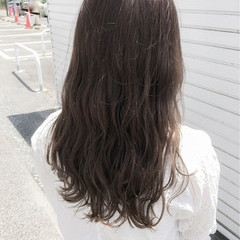 暗髪 アンニュイ リラックス ウェーブ ヘアスタイルや髪型の写真・画像