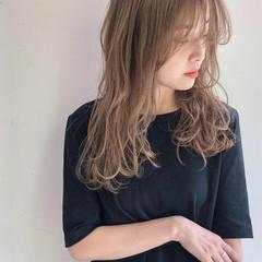 レイヤーカット ミルクティーベージュ ニュアンスヘア ハイトーンカラー ヘアスタイルや髪型の写真・画像