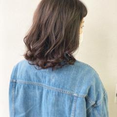 ゆるふわパーマ ミディアム インナーカラー 透明感カラー ヘアスタイルや髪型の写真・画像