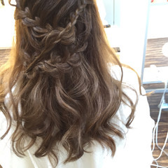 編み込み ミディアム ハーフアップ ルーズ ヘアスタイルや髪型の写真・画像