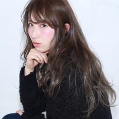 ロング フェミニン イルミナカラー アッシュ ヘアスタイルや髪型の写真・画像