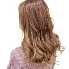 ミルクティーベージュ バレイヤージュ ロング ダブルカラー ヘアスタイルや髪型の写真・画像