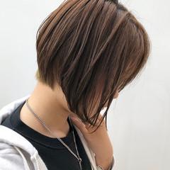 オフィス 前下がりヘア ナチュラル ショート ヘアスタイルや髪型の写真・画像