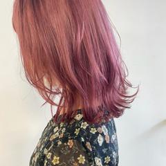 ピンクベージュ ベリーピンク ブリーチオンカラー ピンク ヘアスタイルや髪型の写真・画像