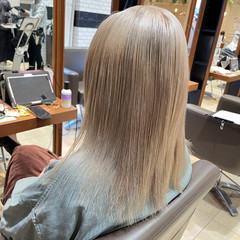 ブリーチ ホワイトグレージュ ミルクティー ハイトーン ヘアスタイルや髪型の写真・画像