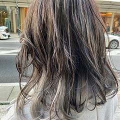 ブリーチカラー インナーカラーグレージュ バレイヤージュ ナチュラル ヘアスタイルや髪型の写真・画像