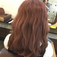 ベージュ ベリーピンク レッド 波ウェーブ ヘアスタイルや髪型の写真・画像