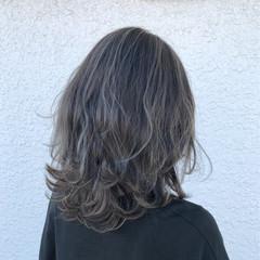 セミロング ハイライト フェミニン アッシュ ヘアスタイルや髪型の写真・画像