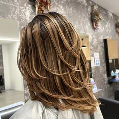 ミディアムレイヤー ミディアム アッシュベージュ ナチュラル ヘアスタイルや髪型の写真・画像