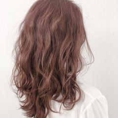 ピンクラベンダー ガーリー セミロング 巻き髪 ヘアスタイルや髪型の写真・画像