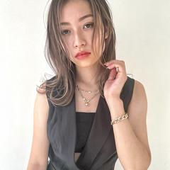 ハイライト セミロング ミルクティーベージュ バレイヤージュ ヘアスタイルや髪型の写真・画像
