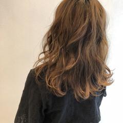フェミニン セミロング ベージュ オーガニックカラー ヘアスタイルや髪型の写真・画像