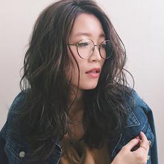アッシュ モード ウェットヘア センターパート ヘアスタイルや髪型の写真・画像