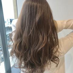 ロング ミルクティーベージュ エレガント 巻き髪 ヘアスタイルや髪型の写真・画像