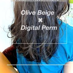 ゆるふわパーマ デジタルパーマ 無造作パーマ セミロング ヘアスタイルや髪型の写真・画像