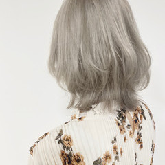 ホワイトベージュ ブリーチ必須 ホワイトグレージュ ミディアム ヘアスタイルや髪型の写真・画像