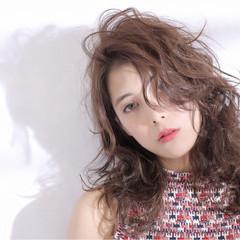 ウェットヘア 外国人風 ブラウン セミロング ヘアスタイルや髪型の写真・画像