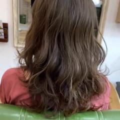 アッシュグレージュ ロング エレガント コテ巻き ヘアスタイルや髪型の写真・画像