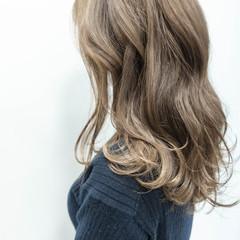 ミディアム グレージュ ミディアムレイヤー ミルクティーベージュ ヘアスタイルや髪型の写真・画像