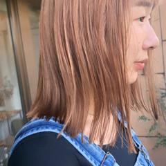 ハイトーンカラー セミロング ミルクティーベージュ ピンクベージュ ヘアスタイルや髪型の写真・画像