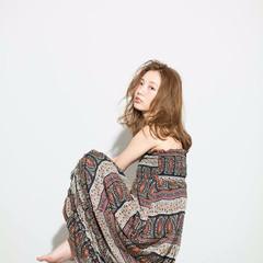 セミロング パーマ フェミニン アッシュ ヘアスタイルや髪型の写真・画像