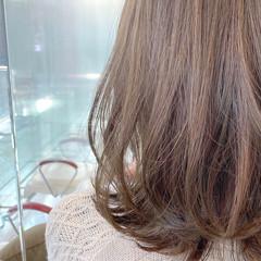 フェミニン 大人ハイライト アッシュグレージュ ミディアム ヘアスタイルや髪型の写真・画像