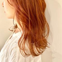 オレンジベージュ セミロング ハイライト オレンジブラウン ヘアスタイルや髪型の写真・画像