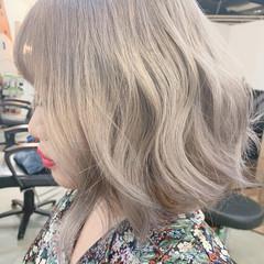 ハイトーン アッシュグレージュ シルバーアッシュ ボブ ヘアスタイルや髪型の写真・画像