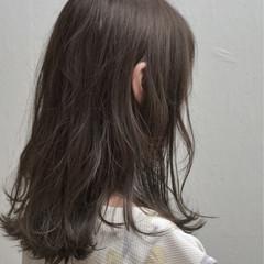 外国人風 セミロング ナチュラル グレージュ ヘアスタイルや髪型の写真・画像