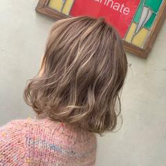 ミディアム ダブルカラー くすみカラー フェミニン ヘアスタイルや髪型の写真・画像