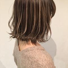 切りっぱなしボブ ミルクティーベージュ コントラストハイライト ボブ ヘアスタイルや髪型の写真・画像