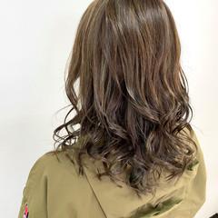オリーブカラー オリーブグレージュ ミディアム ナチュラル ヘアスタイルや髪型の写真・画像
