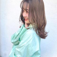 ミルクティーブラウン ミディアム ミルクティーベージュ ナチュラル ヘアスタイルや髪型の写真・画像